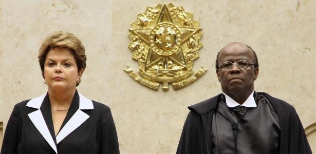 Ao lado da presidente Dilma Rousseff, o ministro Joaquim Barbosa toma posse como presidente do STF - Carlos Humberto/STF