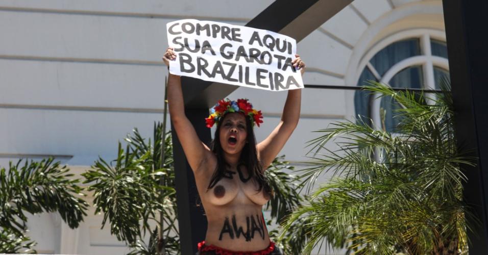 22.nov.2012 - Ativista do grupo Femen Brazil protesta em frente ao hotel Copacabana Palace, na zona sul do Rio de Janeiro, contra o turismo sexual