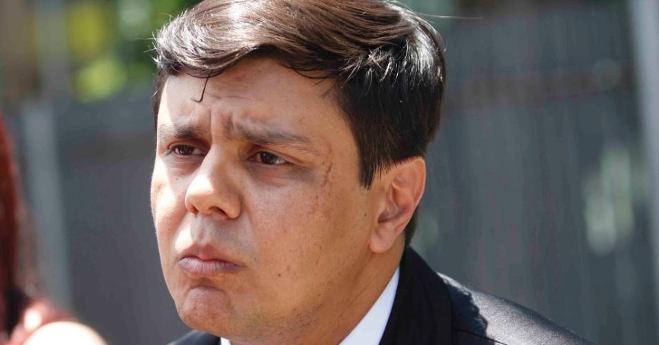 22.nov.2012 - O advogado Leonardo Diniz, que defende Macarrão, chega ao fórum Pedro Aleixo, em Contagem (MG)