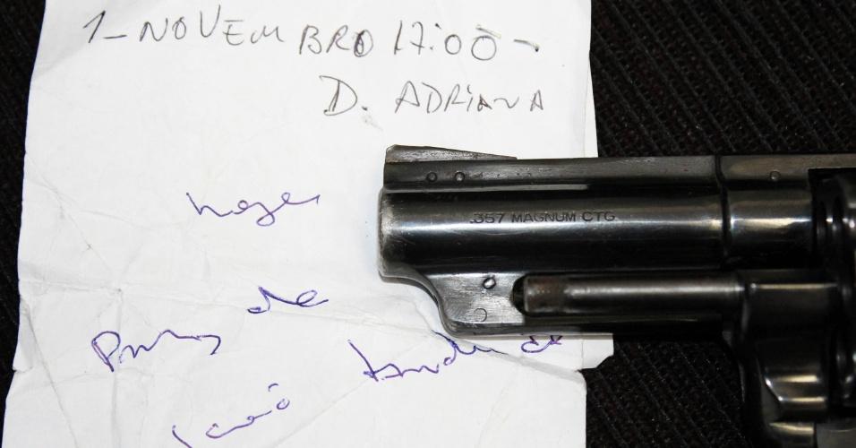 22.nov.2012 - Polícia Civil apreendeu, nesta quinta-feira (22), no Jardim Pestana, em Osasco, na região metropolitana de São Paulo, armas e um bilhete onde constam nomes de policiais que seriam alvos de atentados criminosos