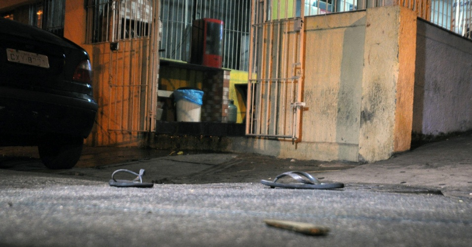 22.nov.2012 - Seis pessoas foram baleadas por volta das 23h30 dentro de um bar na rua Albino Correia de Campos, na região do Jardim São Luís, zona sul de São Paulo. No local, ocorria um show sertanejo. Dos seis baleados, três morreram, dois homens e uma mulher. Os tiros foram disparados pelo garupa de uma moto. Armado, o desconhecido desceu do veículo, entrou no bar e atirou. A dupla continua foragida