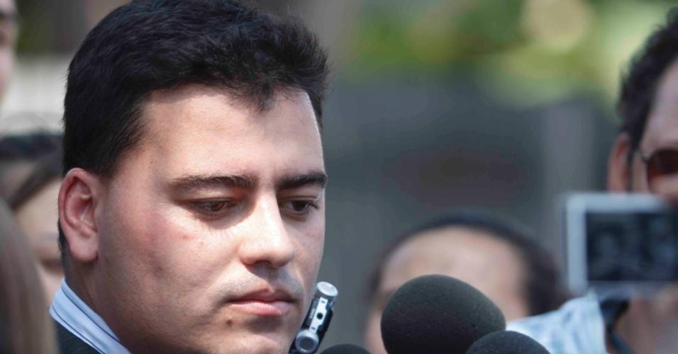 22.nov.2012 - Tiago Lenoir, advogado de Bruno, no fórum Pedro Aleixo, em Contagem (MG), nesta quinta-feira (22)