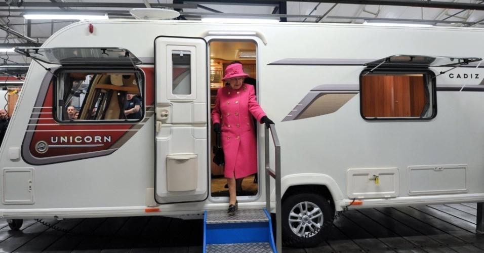 22.nov.2012- A rainha Elizabeth 2ª visita uma motorhome em Bristol, na Inglaterra. A monarca, que se acomodou em um dos bancos da