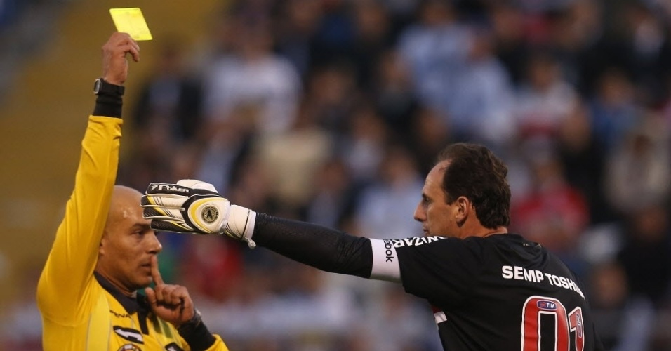 22.nov.2012-Rogério Ceni leva cartão amarelo e reclama com juiz no primeiro jogo da semifinal da Sul-Americana contra o Universidad Católica