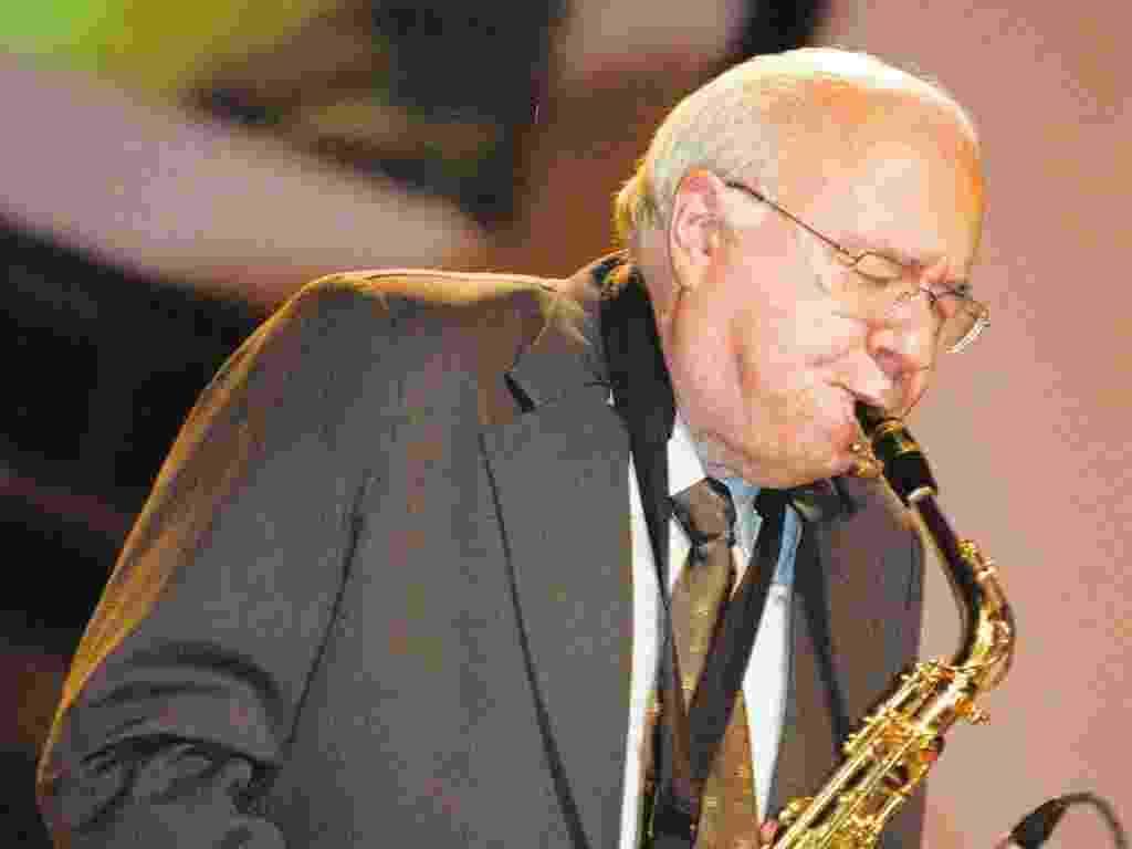 """Verissimo já revelou à reportagem do UOL que tem planos de lançar mais um CD com a banda Jazz 6, considerada """"o menor sexteto do mundo"""" por contar apenas com cinco integrantes - Folhapress"""