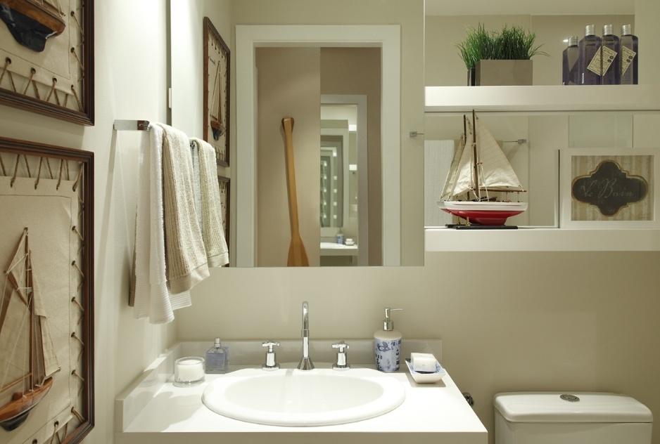 Com 4,3 m², este banheiro foi planejado por Ana Rita Sousa e Silva segundo o tema marítmo, satisfazendo o gosto de um menino por barcos. Para racionalizar o espaço, espelho é menor, deixando área para as prateleiras e o toalheiro. A bancada em quartzo, da Montblanc, acomoda a cuba e os misturadores da Docol. Mesmo enxuto, o ambiente abriga com conforto bacia com caixa acoplada, quadros na parede e o pequeno boxe