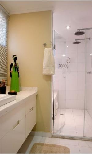 O projeto da arquiteta Cristiane Schiavoni fundiu dois pequenos banheiros em um, ampliando a área útil para 7 m². Repare que a reforma criou um cômodo box que abriga dois chuveiros e uma banheira