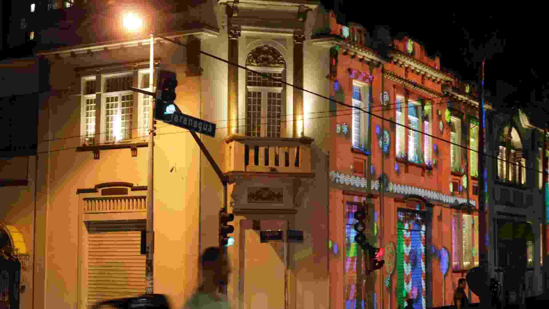 Cerca de 14 fachadas da Rua Augusta, em São Paulo, são iluminadas por imagens, luzes e cores a noite de São Paulo na terceira edição da Video Guerrilha, iniciativa que fará projeções gigantes nas fachadas - Fernando Donasci/UOL