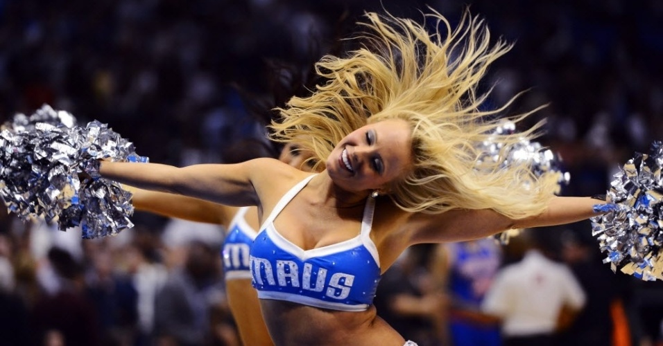 Cheerleader do Dallas Mavericks dança no intervalo da partida do time da casa contra o New York Knicks
