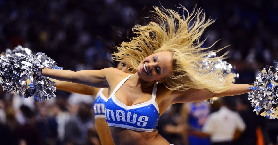 Cheerleader do Dallas Mavericks se apresenta no intervalo do jogo contra o New York Knicks, pela NBA