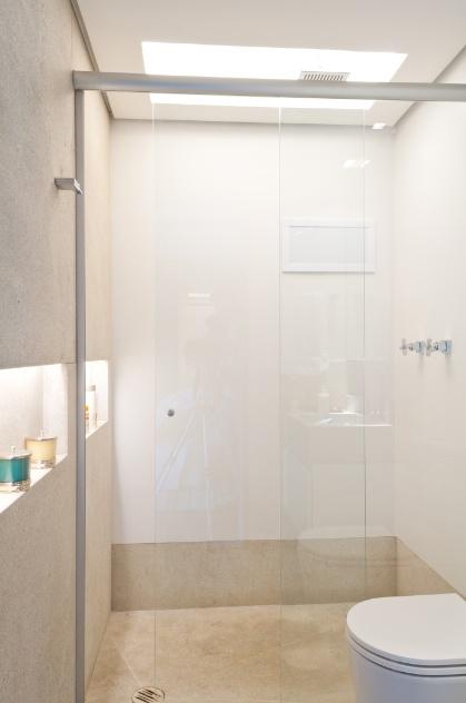 Compacto e bem projetado, este banheiro de 3 m² é o único local fechado do pequeno loft, moradia de uma jovem empresária quando em São Paulo. Para parte do revestimento, o arquiteto Toninho Noronha aproveitou as sobras do granito, usado em todo apartamento, enquanto as paredes foram apenas pintadas com tinta especial para ambientes molhados e em tons claros. Repare que a iluminação dá alma ao espaço: há um foco de luz zenital no box e pontos luminosos no nicho