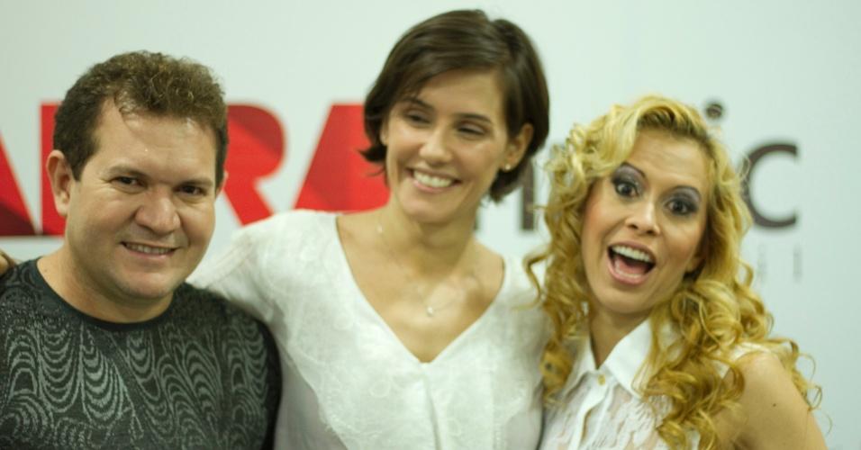 Deborah Secco posa com Chimbinha e Joelma, do Calypso. A atriz vai interpretar Joelma no cinema