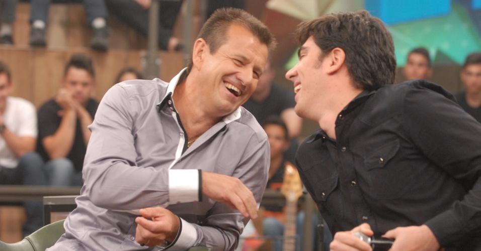 Dunga se diverte com o humorista Marcelo Adnet durante gravação do programa Altas Horas, da Globo
