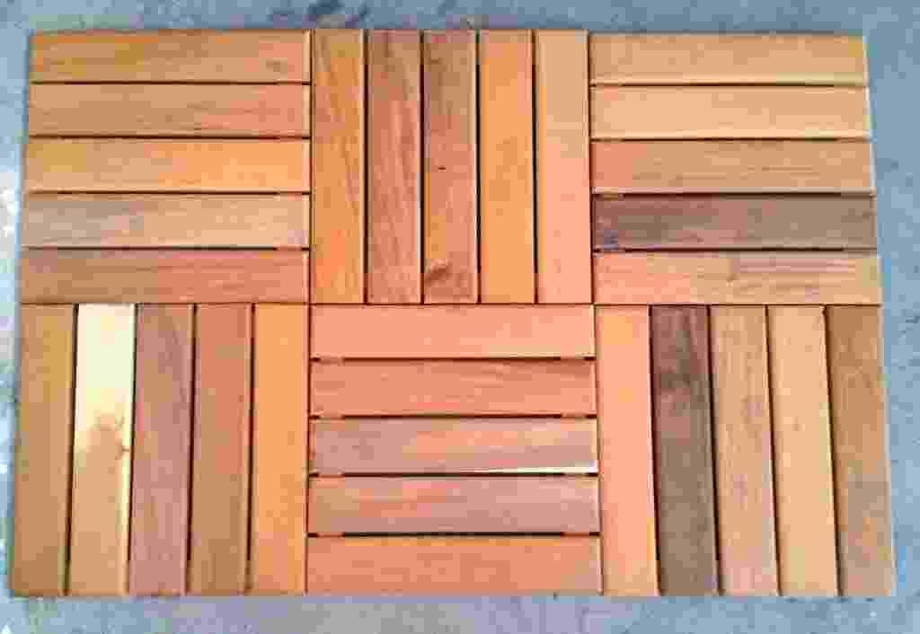 Esse deck modular removível é fabricado com madeira garapeira lixada e pode receber verniz ou pintura. As placas medem 30 cm x 30 cm e podem ser instaladas sem mão de obra especializada. Cada unidade custa R$ 45, na Shopnet Piscinas (www.shopnetpiscinas.com.br) - Divulgação
