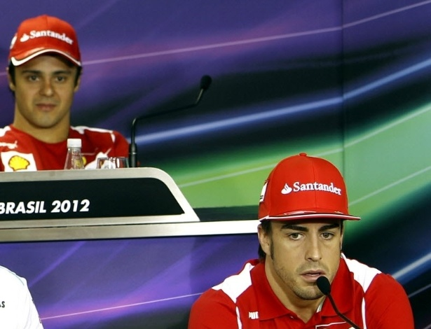 Felipe Massa observa Fernando Alonso durante entrevista coletiva em Interlagos