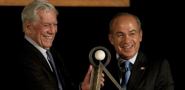Mario Vargas Llosa recebe prêmio literário Carlos Fuentes das mãos do presidente mexicano Felipe Calderon (21/11/12) - AFP