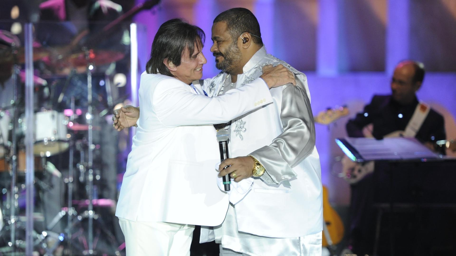 Roberto Carlos recebe Arlindo Cruz durante show especial de fim de ano da Globo, no Rio de Janeiro (21/11/12)