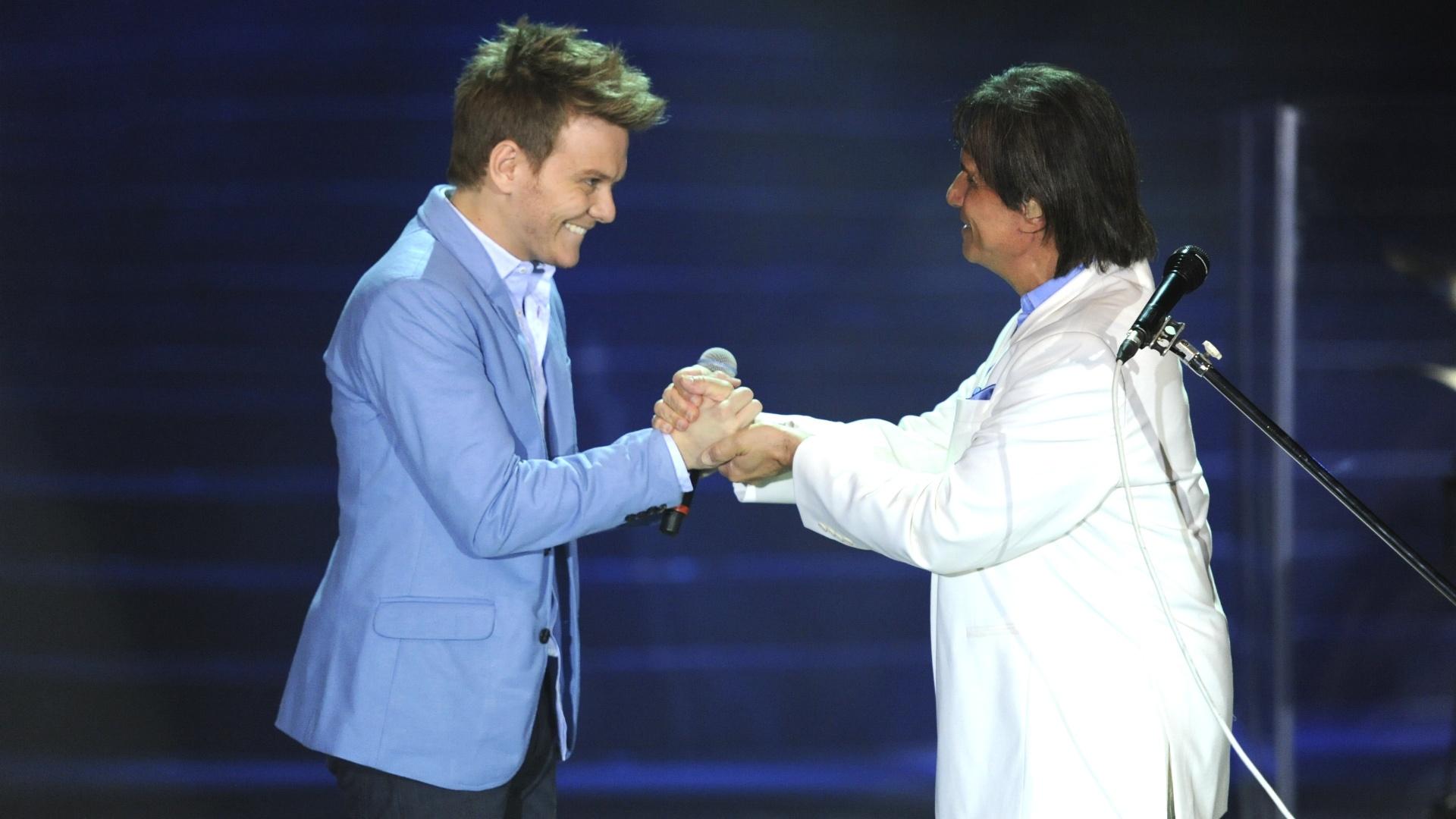 Roberto Carlos recebe Michel Teló durante show especial de fim de ano da Globo, no Rio de Janeiro (21/11/12)