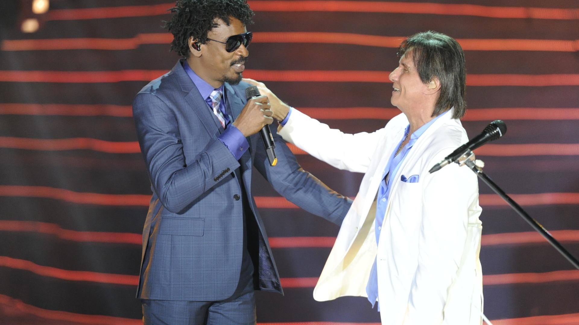 Roberto Carlos recebe Seu Jorge durante show especial de fim de ano da Globo, no Rio de Janeiro (21/11/12)