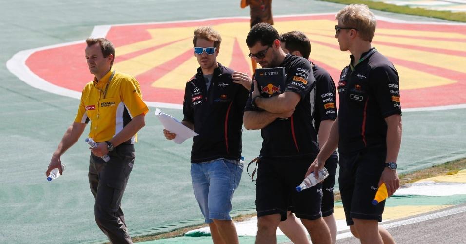 Sebastian Vettel caminha pelo circuito de Interlago nesta quinta-feira na preparação para o GP do Brasil