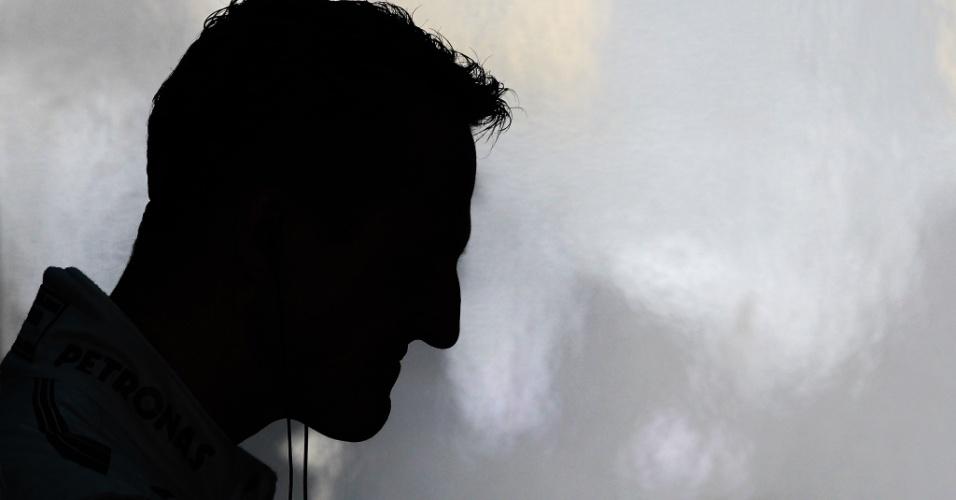 23.nov.2012 - Michael Schumacher é fotografado em Interlagos antes do primeiro treino livre para o GP Brasil; corrida do próximo domingo será a última da carreira do piloto alemão na Fórmula 1