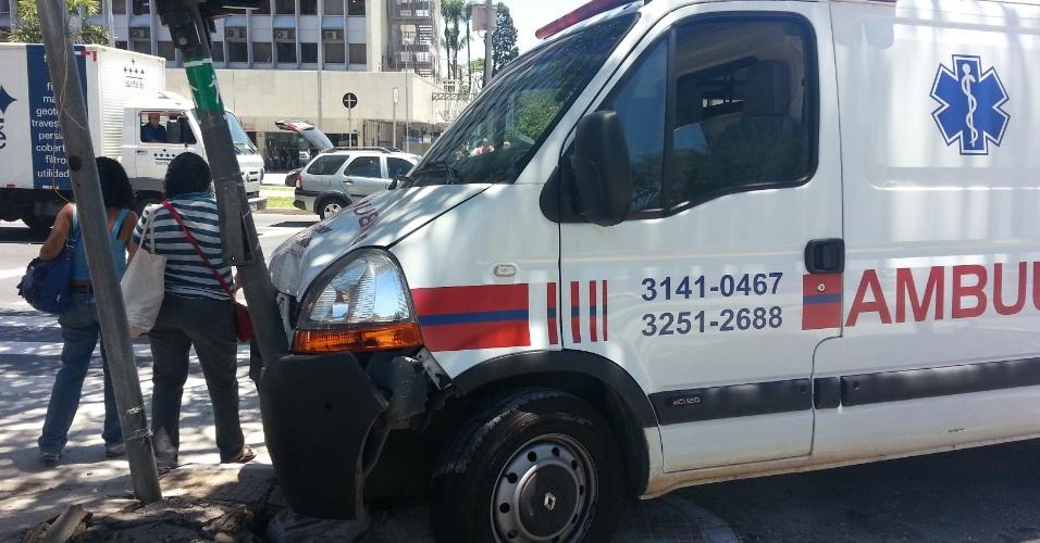 23.nov.2012 - Ambulância sobe a calçada e bate em semáforo de pedestre na esquina das avenidas Rebouça e Faria Lima, na zona oeste de São Paulo, na manhã desta quinta-feira (23). Segundo agentes da CET (Companhia de Engenharia de Tráfego), ninguém ficou ferido