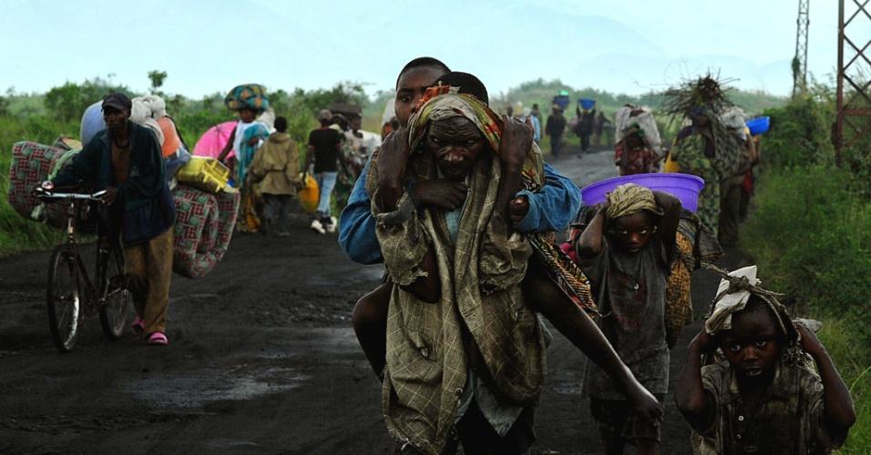23.nov.2012 - Congoleses fogem da cidade de Sake para escapar do avanço das forças rebeldes do M23, nesta sexta-feira (23). Milhares de pessoas estão abandonando suas vilas, e representantes das Nações Unidas já afirmaram que dezenas estão morrendo nas estradas. No início da semana o M23 disse ter tomado o controle de Goma, capital regional da província de Kivu do Norte
