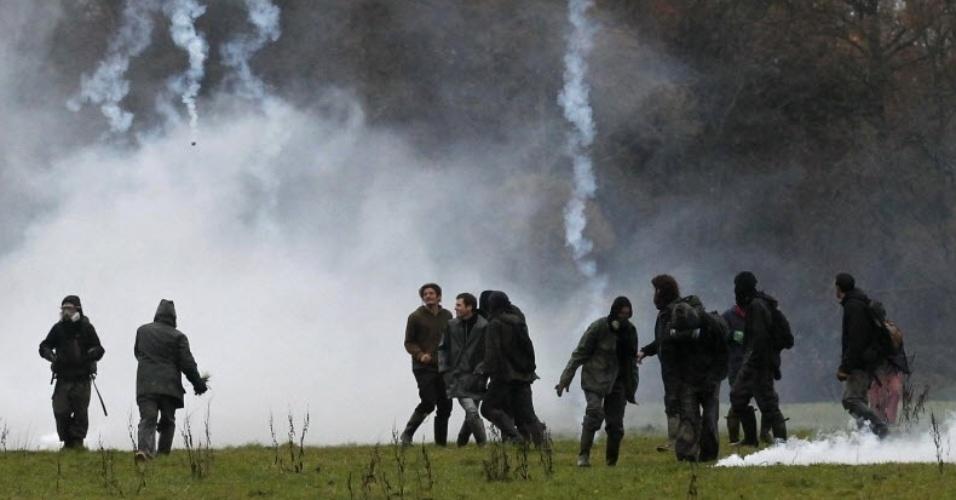 23.nov.2012 -  Fumaça provocada por gás lacrimogêneo emitido por policiais, durante confronto com civis em operação de reintegração de posse em Notre-Dame-des-Landes, na França, nesta sexta-feira (23)