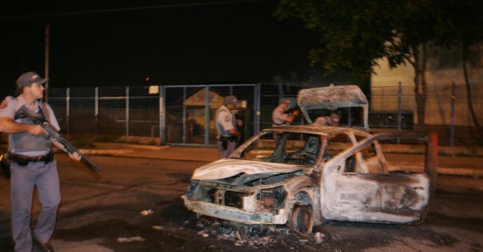 23.nov.2012 - Imagem divulgada mostra carcaça de carro que foi incendiado durante reintegração de posse de terreno pela prefeitura