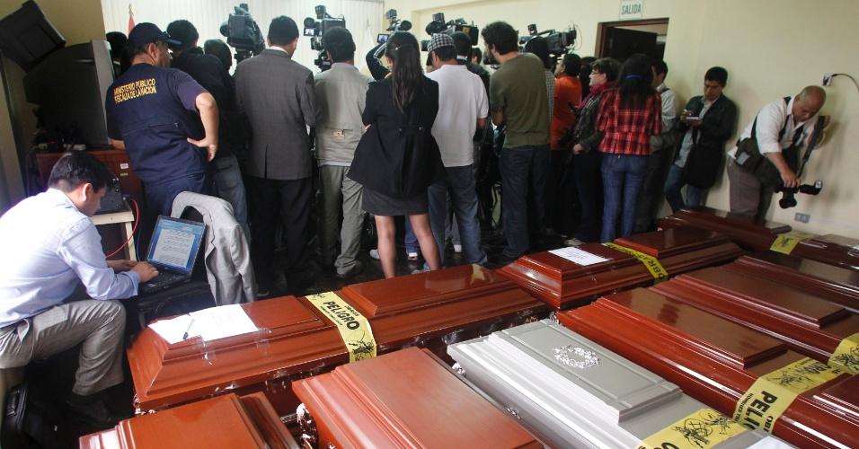 23.nov.2012 - Imagem mostra caixões em necrotério em Lima (Peru) com corpos de ex-prisioneiros mortos por membros do Exército peruano no ano de 1986, durante um motim na prisão El Fronton