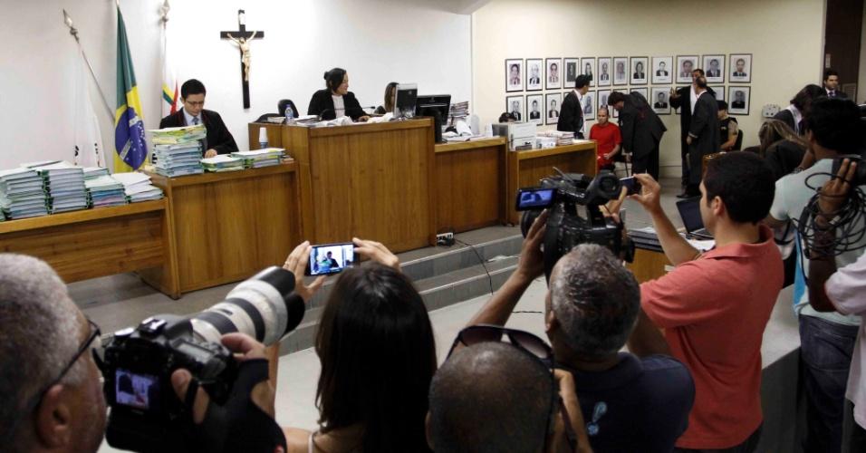23.nov.2012 - Luiz Henrique Romão, o Macarrão (de vermelho, ao fundo), ex-braço direito do ex-goleiro Bruno, se prepara para depoimento à juíza Marixa Fabiane no julgamento pelo desaparecimento e morte da ex-modelo Eliza Samudio. Este é o 5º dia de julgamento