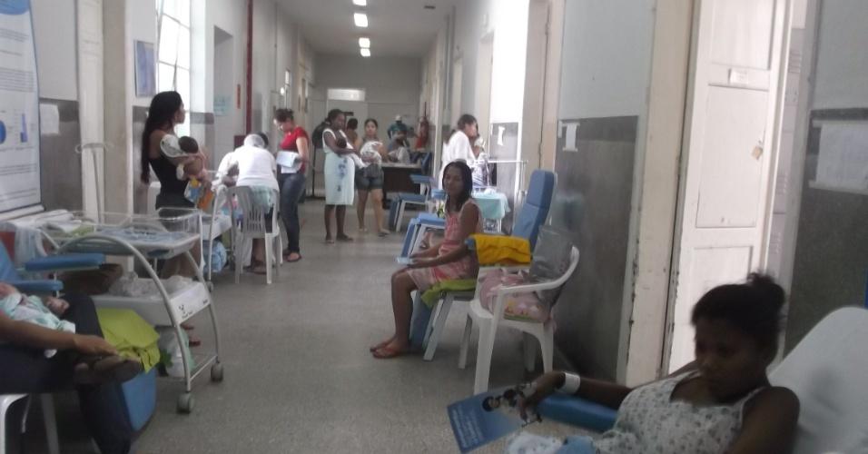 23.nov.2012 - Mães são atendidas em corredor de maternidade em Natal (RN)