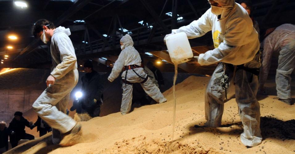 23.nov.2012 - Manifestantes despejam óleo sobre grãos de soja transgênicos estocados dentro de um galpão, nesta sexta-feira (23) em Lorient (França). Eles protestam contra a produção de produtos geneticamente manipulados
