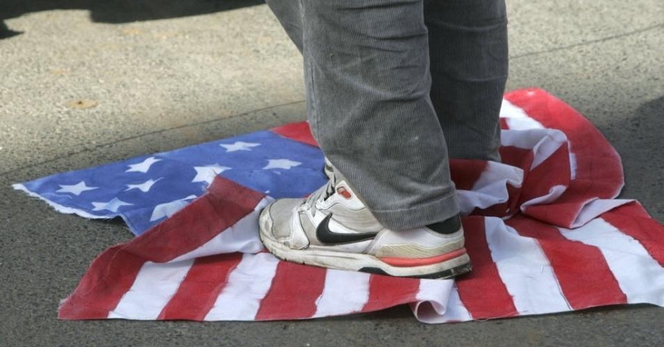 23.nov.2012 - Marroquino pisa na bandeira dos Estados Unidos em Sale, nos arredores de Rabat, Marrocos, durante protesto em favor da Palestina e contra o governo israelense. O grupo também criticou a ausência de apoio dos países árabes aos palestinos