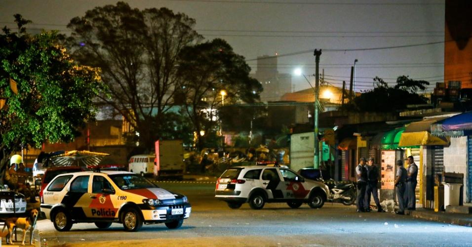 23.nov.2012 - Policiais cercam local onde duas pessoas foram assassinadas a tiros na rua Giuseppe Marino, no Parque Novo Mundo, zona norte de São Paulo (SP)