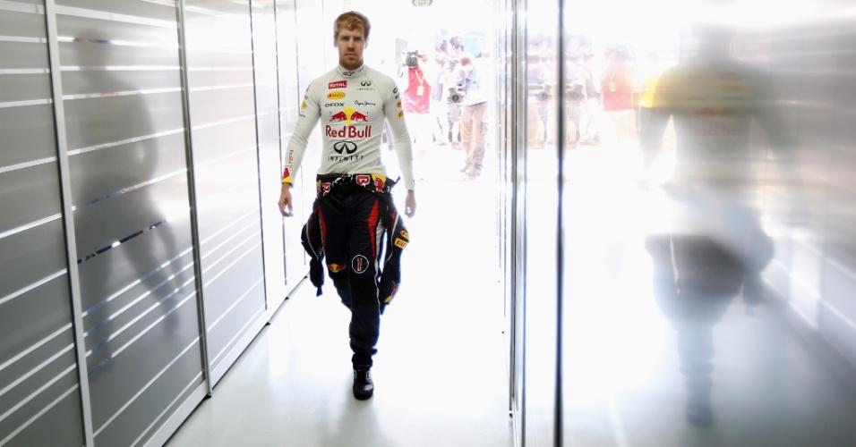 23.nov.2012 - Sebastian Vettel é fotografado nos boxes da Red Bull antes do primeiro treino livre em Interlagos; alemão foi o segundo mais rápido da sessão