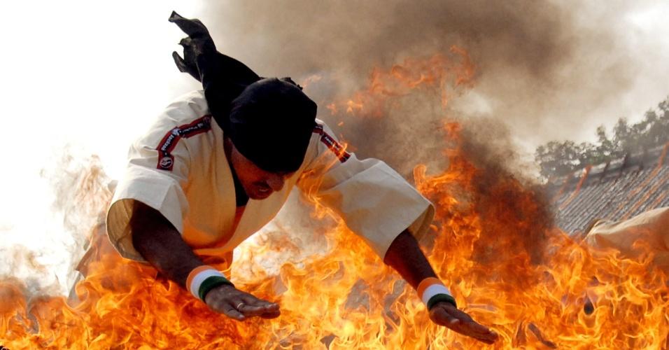 23.nov.2012 Policial indiano salta sobre barra em chamas durante cerimônia de graduação, nesta sexta-feira (23) em Jalandhar