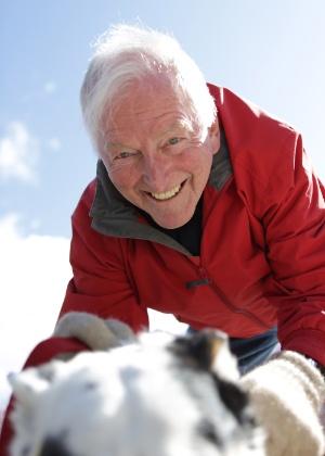 30.ago.2012 - O autor australiano Bryce Courtenay leva seu cachorro Timmy para passear, em Canberra, na Austrália. Ele morreu em decorrência de um câncer de estômago nesta sexta (23), na mesma cidade. A foto foi distribuída pela editora dos livros de Courtenay, a Penguin Books - AP/Penguin Books