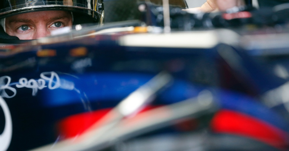 23.nov.2012 - Alemão Sebastian Vettel se prepara para ir à pista no primeiro treino livre do GP Brasil em Interlagos