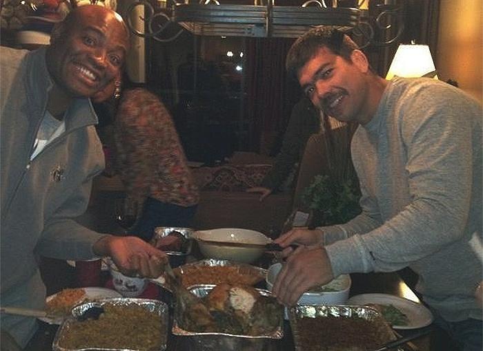 Anderson Silva e Lyoto Machida dividem o peru em festa de Ação de Graças