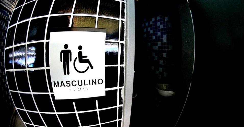 Banheiros adaptados com indicações em braile e lugar para cadeirantes na Arena do Grêmio