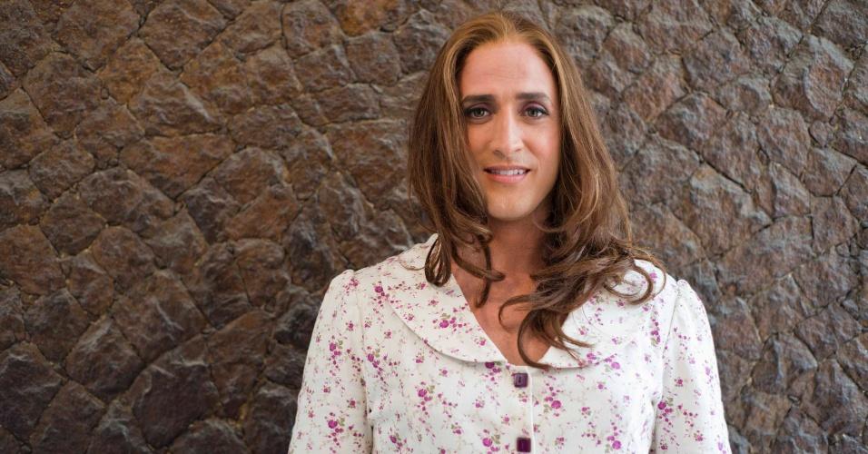 """Caracterizado como Dona Hermínia, o ator Paulo Gustavo posa nos bastidores de filmagem de """"Minha Mãe É Uma Peça"""" (novembro/2012)"""