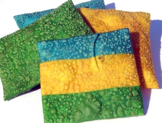 23.nov.2012 -  Chef de Toledo (PR) cria pastéis com cores de bandeiras para vender na Copa de 2014. Para o pastel ficar colorido,  é colocado um corante natural e comestível na massa