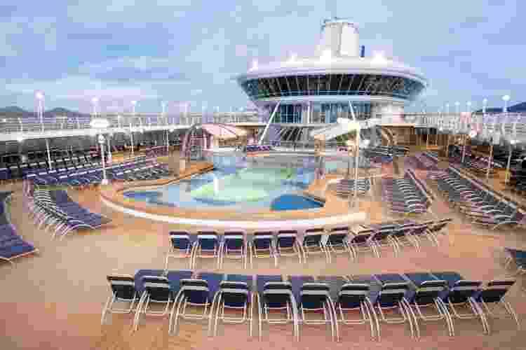 Com 264 metros de comprimento e 32 m de largura, o navio Splendour of the Seas possui quatro jacuzzis, um solarium, parede de escalada, campo de golfe com 18 buracos, circuito de jogging e tela de cinema ao lado da piscina - Divulgação