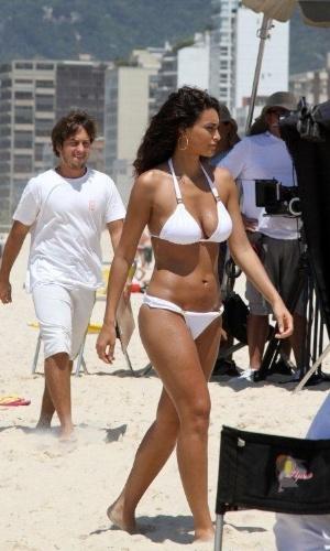 De biquíni branco, Débora Nascimento grava comercial na praia de Ipanema, na zona sul do Rio. Recentemente, a atriz deu vida à personagem Tessália em