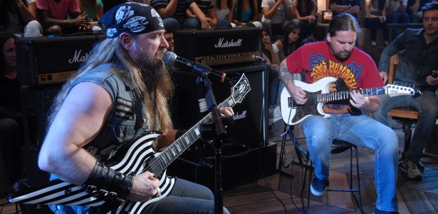 """Ex-guitarrista do Ozzy Osbourne, Zakk Wylde toca com o brasileiro Andreas Kisser no """"Altas Horas"""""""