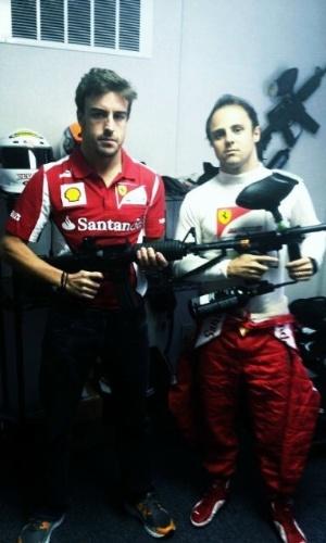 Fernando Alonso e Felipe Massa postam foto segurando arma de paintball