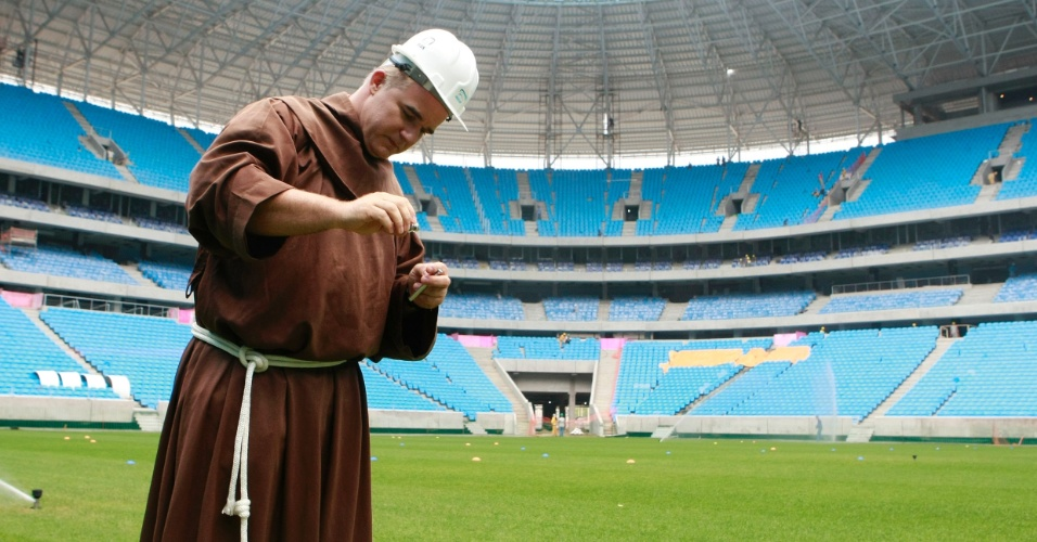 Frei franciscano Luciano Bruxel abençoou a Arena do Grêmio nesta sexta-feira (23/11)