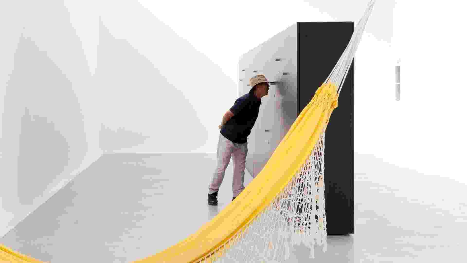 """Ao lado da instalação """"Riposatevi"""", criada em 1964 por Lúcio Costa, a """"caixa"""" do studio mk27, do arquiteto Márcio Kogan, guarda o cotidiano de uma casa paulistana em sua intimidade. Aos visitantes da 13ª Bienal Internacional de Arquitetura de Veneza era dada a oportunidade de espiar esse dia a dia, através de um filme também produzido pelo escritório brasileiro (Imagem cedida para material específico, usar somente no respectivo conteúdo) - Patricia Parinejad/ Divulgação"""