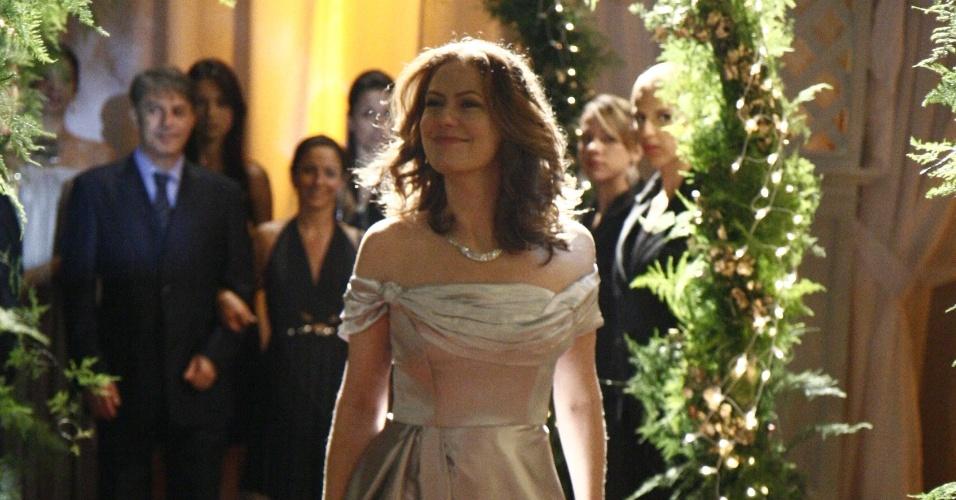 """Outra noiva pouco convencional de """"A Favorita"""" (2008) foi a personagem Flora (Patrícia Pillar), que se casou usando um vestido prata de cetim com decote ombro a ombro do estilista Geraldo Couto"""